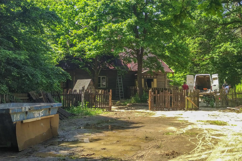 """No i stało się, słynny domek z filmu """"w lesie dziś nie zaśni"""